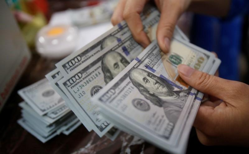الدولار يتكبد خسائر مع انتعاش تداولات فروق أسعار الفائدة