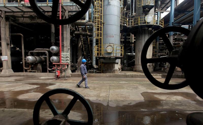 وزير طاقة الإمارات يأمل في بدء تقلص المعروض بسوق النفط في النصف/2