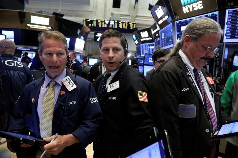 وول ستريت تنخفض بفعل ضعف أرباح الشركات