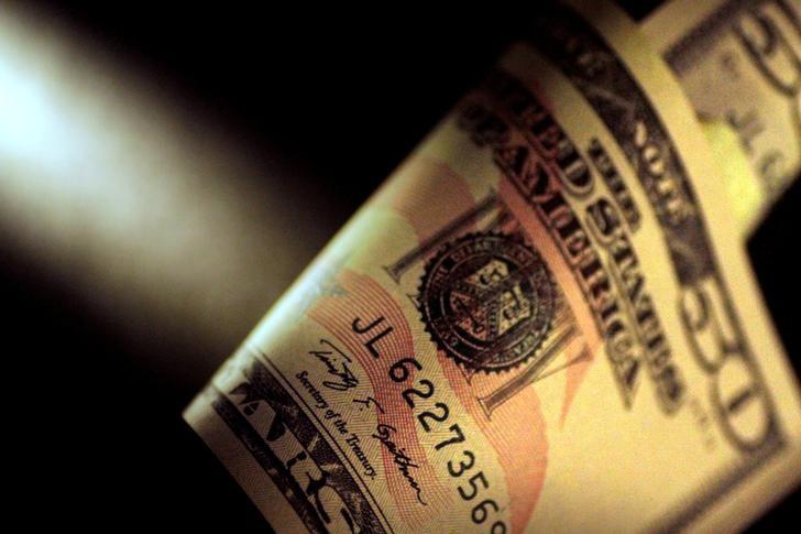 الدولار يهبط بعد انهيار جهود إقرار قانون للرعاية الصحية