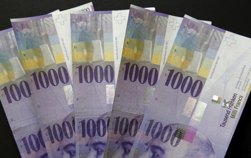 الفرنك السويسري يهبط لأدنى مستوى في 18 شهرا أمام اليورو