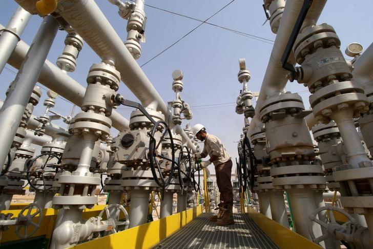 النفط ينخفض لكنه يظل قرب أعلى مستوى في 8 أسابيع مع تراجع مخزونات أمريكا