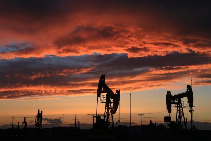 استطلاع-محللو أسواق النفط يتوقعون مزيدا من التراجع في أسعار الخام