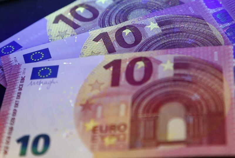 اليورو يصعد لأعلى مستوى في عامين ونصف مقابل الدولار