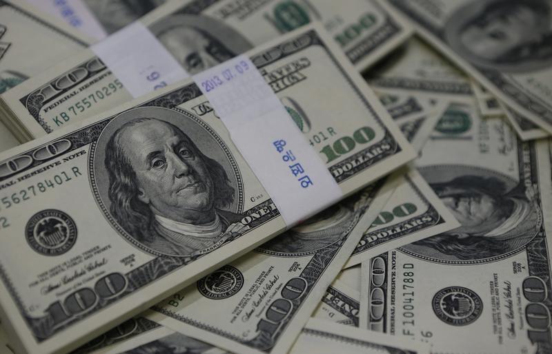 الدولار يهبط لأدنى مستوى في عامين ونصف أمام اليورو