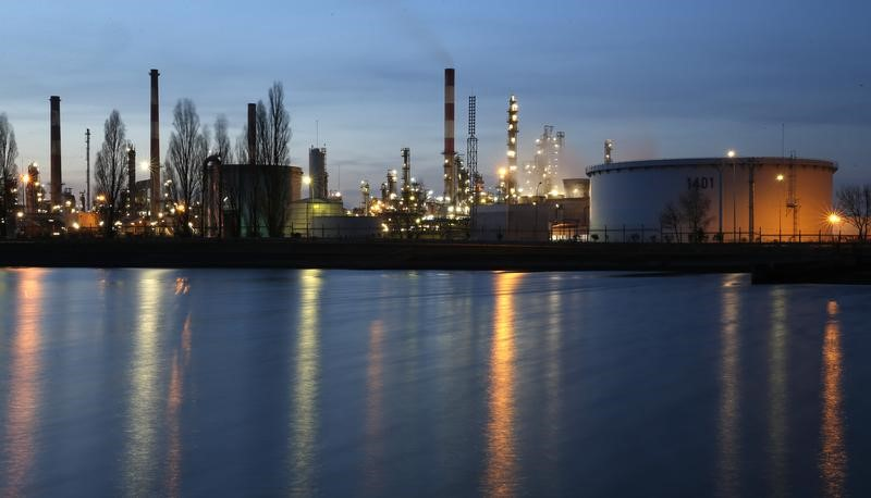 النفط عند أعلى مستوى في شهرين والخام الأمريكي يغلق فوق 50 دولارا للبرميل
