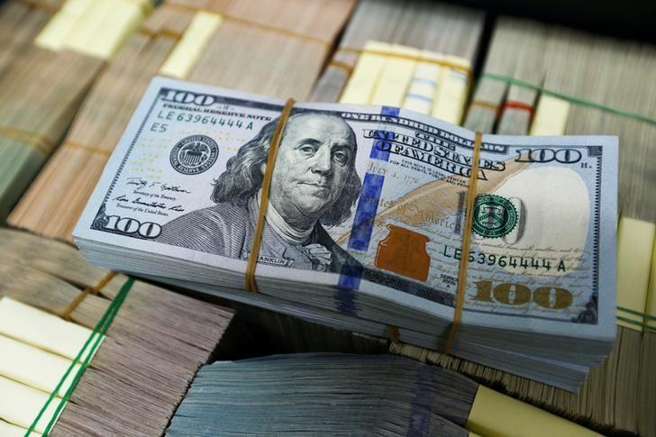 الدولار قرب أدنى مستوى في 14 شهرا متأثرا بتوترات سياسية