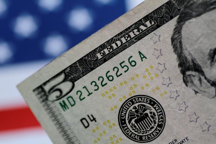 الدولار يتراجع أمام اليورو وسط شكوك بشأن زيادة جديدة للفائدة الأمريكية