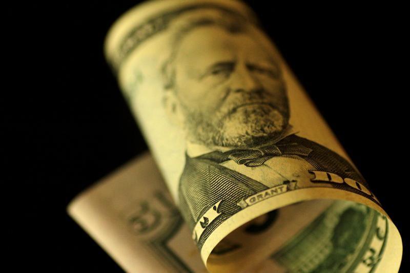 الدولار يهبط بعد صعوده يوم الجمعة