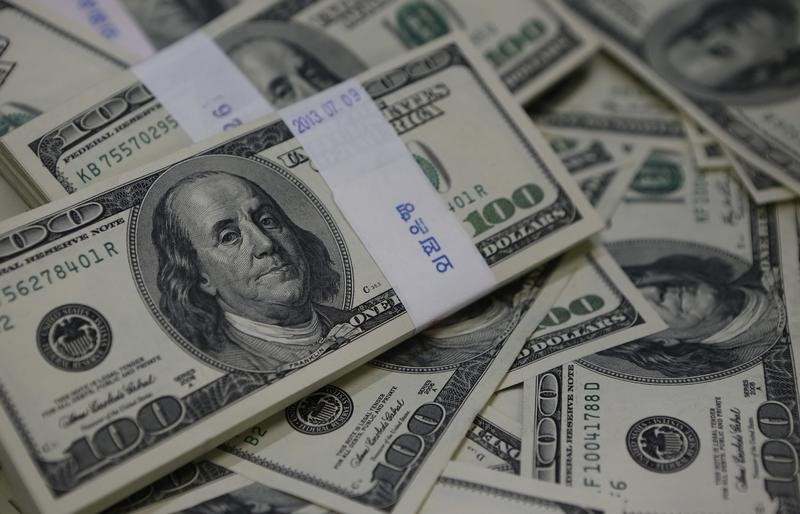 الدولار يرتفع بقوة بعد قفزة بمبيعات التجزئة الأمريكية