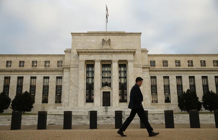 محضر: صناع السياسات بالمركزي الأمريكي ازدادوا قلقا من ضعف التضخم