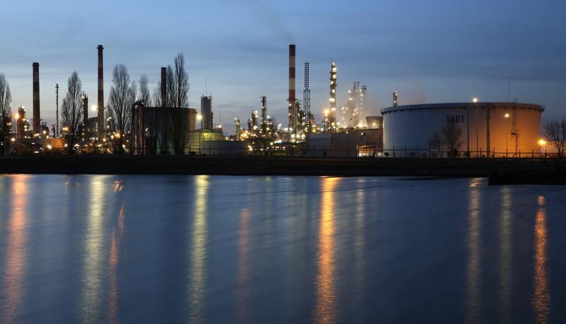 النفط يرتفع بفعل هبوط المخزونات الأمريكية لكن زيادة الإنتاج تكبحه
