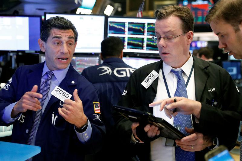 وول ستريت تغلق منخفضة والأنظار على اجتماع البنوك المركزية