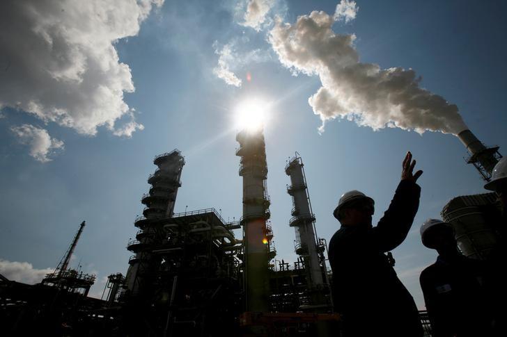 هبوط أسعار النفط الخام وارتفاع البنزين مع تعطل مصافي أمريكية بسبب الفيضانات