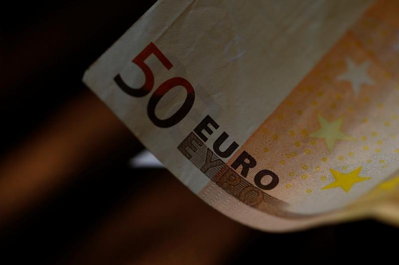 اليورو يهبط بعد مكاسب لستة أشهر والأنظار على المركزي الأوروبي