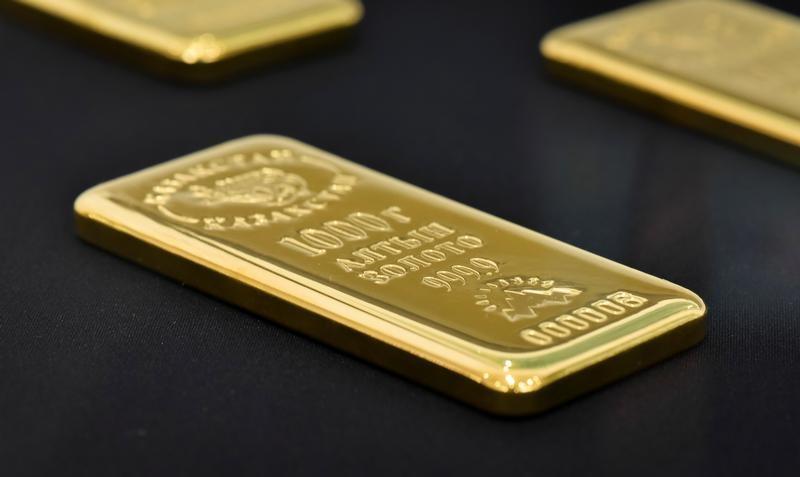 الذهب مستقر فوق 1300 دولار والدولار يضغط على المعنويات
