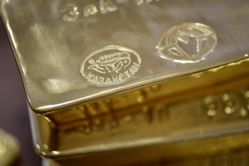 الذهب ينخفض مع تعافي الدولار من أدنى مستوى في شهور