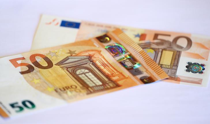 اليورو يستقر قرب أعلى مستوى في عامين