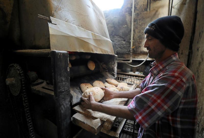 بداية سلسة لتطبيق منظومة جديدة لدعم الخبز في مصر رغم شكاوى بعض أصحاب المخابز