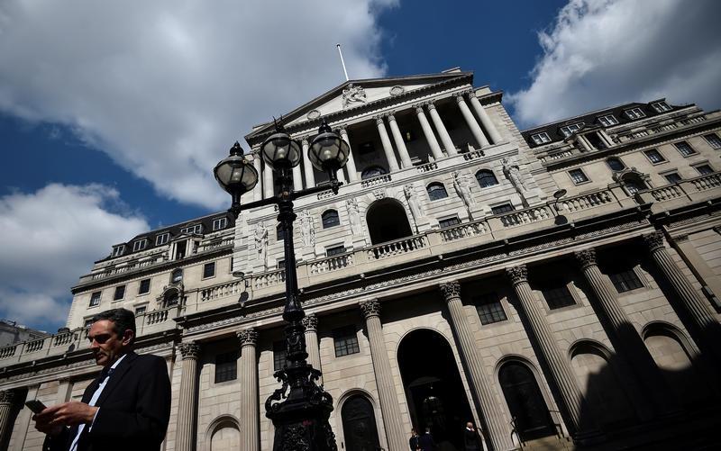 بنك انجلترا يبقي الفائدة دون تغيير ويلمح مجددا لزيادة في 2018