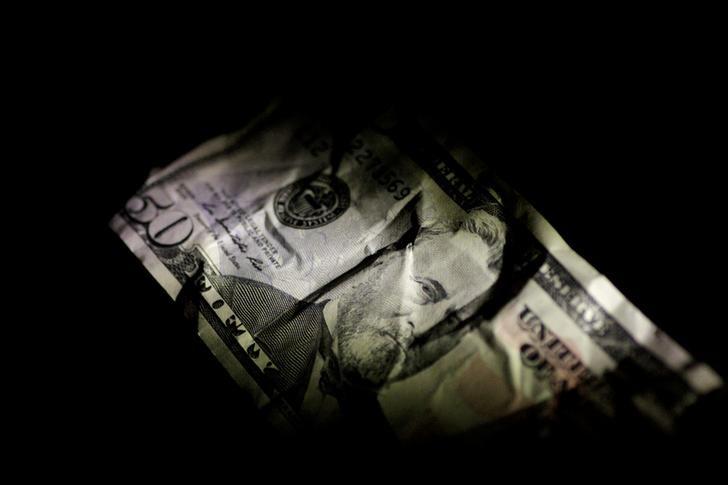 الدولار يهبط وسط شكوك بشأن رفع الفائدة الأمريكية