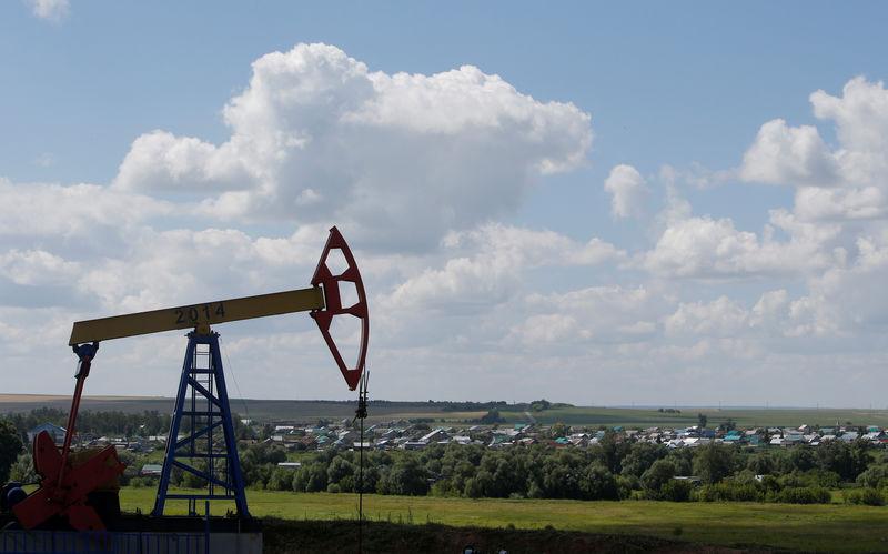أسعار النفط تهبط 2.5% بفعل ارتفاع الدولار وبيانات صينية ضعيفة