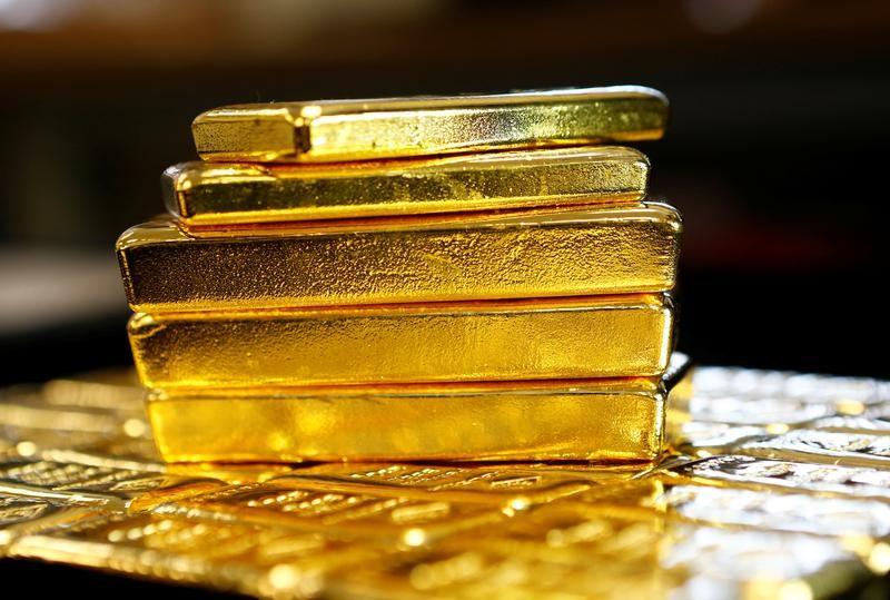 الذهب ينخفض مع صعود الدولار وترقب اجتماع المركزي الأمريكي