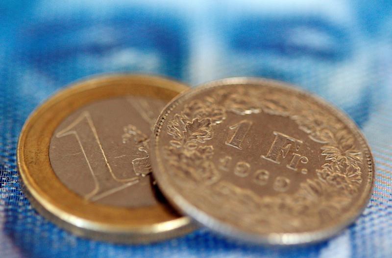 اليورو يتراجع أمام الدولار قبل مؤتمر للبنوك المركزية