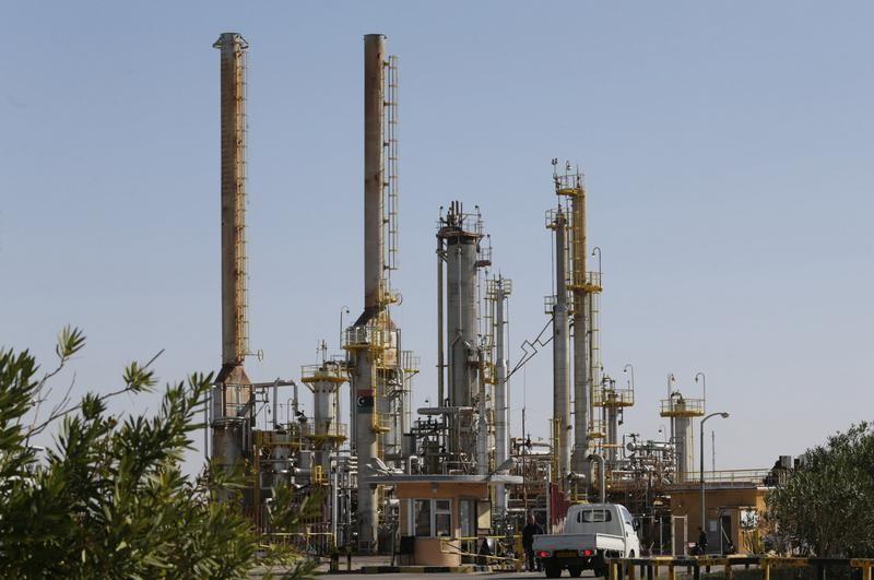 أسعار النفط تتراجع بسبب مخاوف من تخمة المعروض في ظل تأرجح إنتاج ليبيا