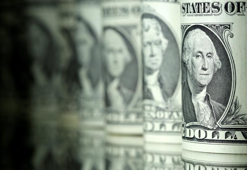 الدولار يسجل أداء متباينا قبل كلمتي يلين ودراجي في جاكسون هول