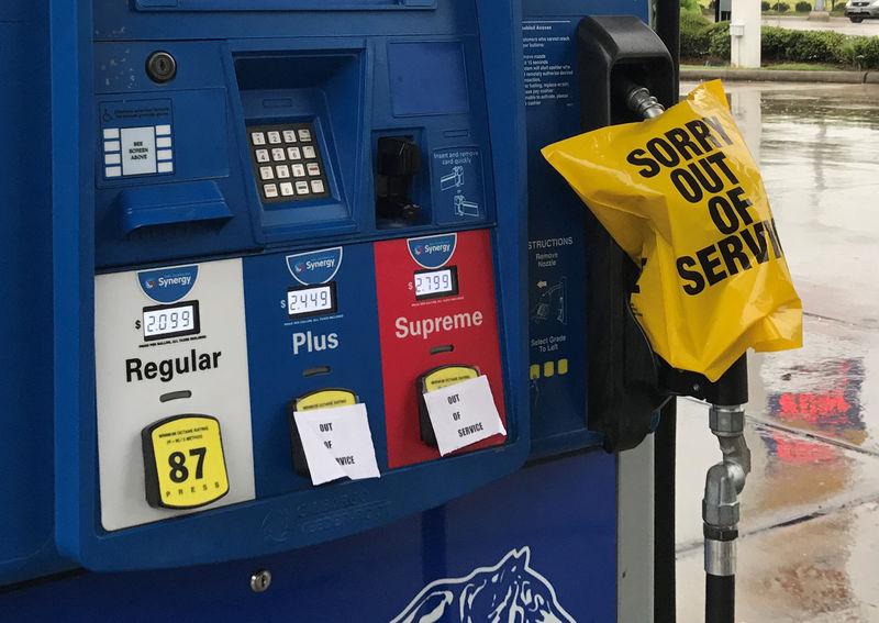 البنزين الأمريكي يقفز والخام يتراجع مع تأثر المصافي بهارفي