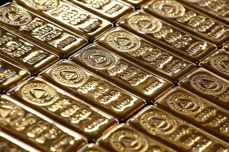 الذهب يتراجع مع صعود الدولار بدعم بيانات اقتصادية قوية