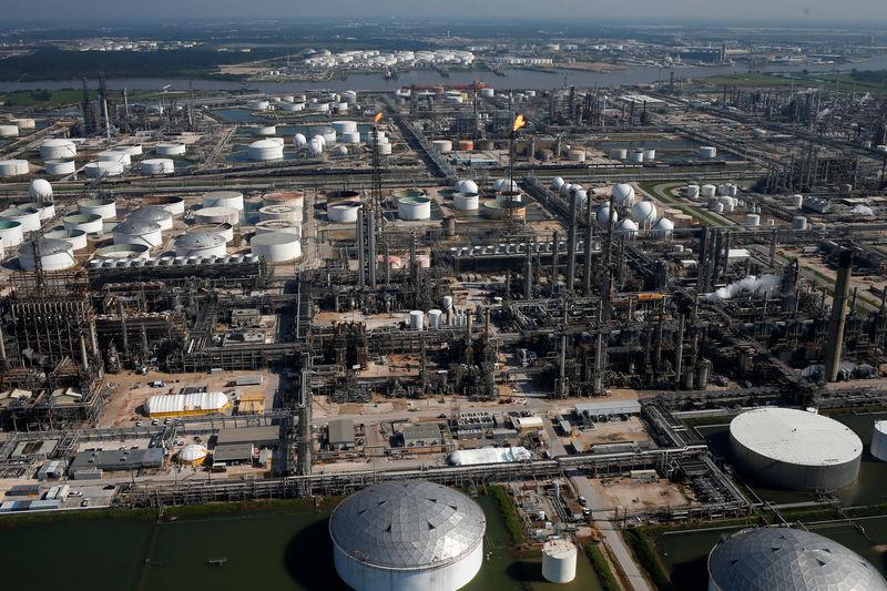 النفط يتعافى والبنزين يتراجع مع إعادة تشغيل مصاف أمريكية