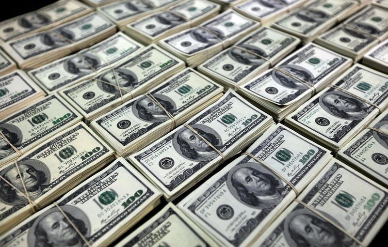 الدولار يتجه صوب أكبر هبوط أسبوعي في شهر بفعل مخاوف تتعلق بالضرائب